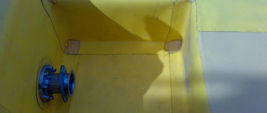 Posa dei manti sintetici impermeabili di colore giallo