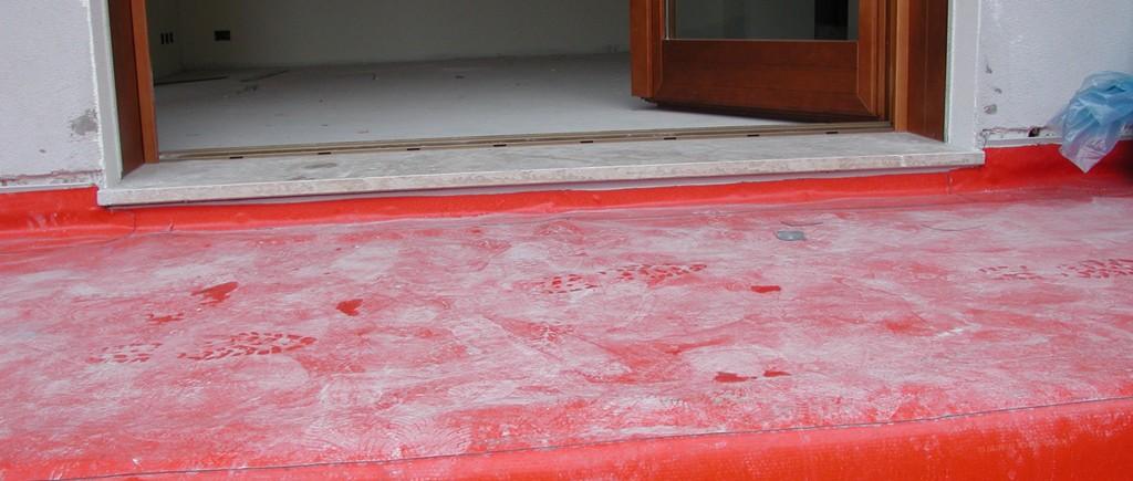 Posa dei manti sintetici impermeabili di colore rosso